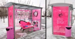 Marquesina de autobús barbie