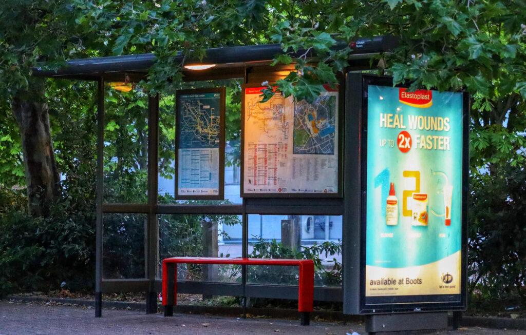 marquesina con iluminación para la publicidad